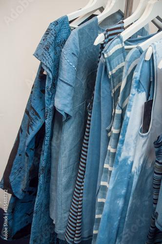 Photo sur Aluminium Aquarelle avec des feuilles tropicales vêtements pour femme sur cintres
