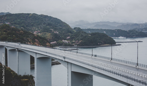 Photo  Great Naruto Bridge with gray sky background in cloudy day at Tokushima