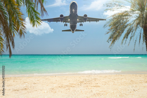 Obraz na plátne Flugzeug landet im Urlaubsparadies