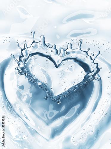serce-z-plusk-wody-z-babelkami-na-niebieskim-tle-wody