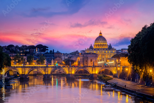 Photo  Famous cityscape view of St Peters basilica in Rome at sunset