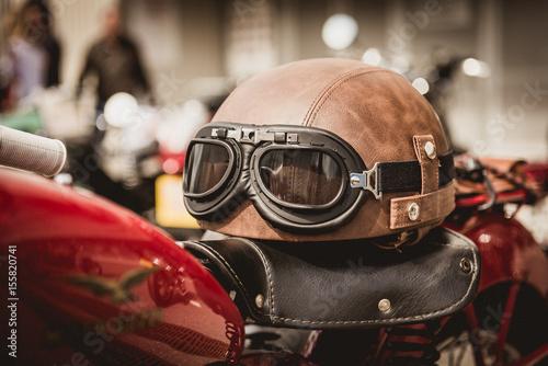 Fotobehang Fiets Retro Bikehelm mit Motorradbrille
