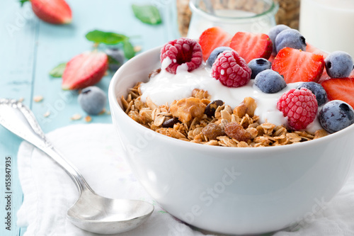 Poster Graine, aromate Granola breakfast with berries