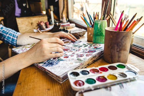Fotomural  Girls hands with brush painting