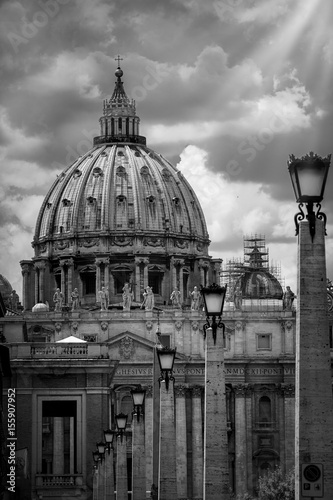 Foto op Plexiglas New York TAXI Dome of St. Peter in Rome, black and white