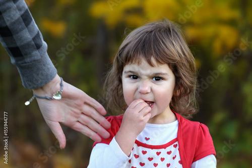 Fotografia, Obraz  Trotzphase: Verärgertes Kleinkind Mädchen verweigert Aufforderung