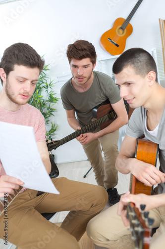 Láminas  composing a song