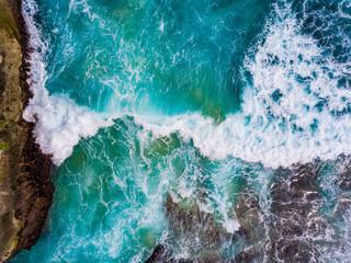 tło fala ocean na tle skał