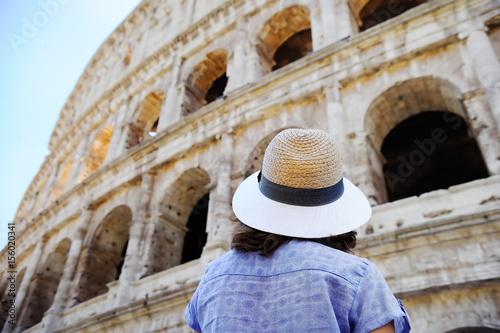Photo  Female traveler looking on the Colosseum in Rome, Italy
