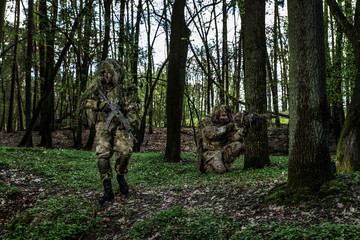 Panel Szklany Militaria Camouflaged soldiers in forest