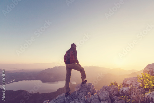 Poster Marron chocolat Man on the cliff