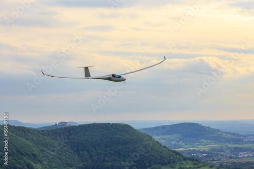 Segelflugzeug über der Burg Teck und Hohenneuffen