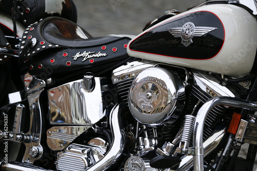Foto The logo of US motorbike manufacturer Harley Davidson is seen on a Heritage Sof