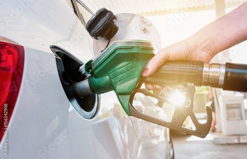 Photo  Frau tankt Benzin an der Tankstelle