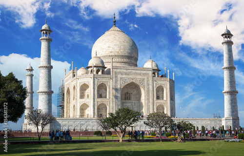 Poster Artistique Historic Taj Mahal with blue sky and clouds - A white marble mausoleum designated as the UNESCO World heritage site.
