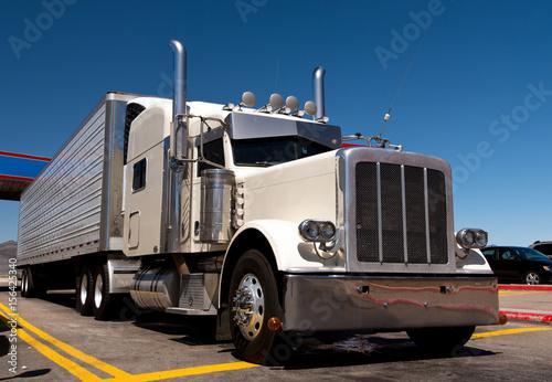 Fototapeta Klasyczna duża platforma na przystanku ciężarówki