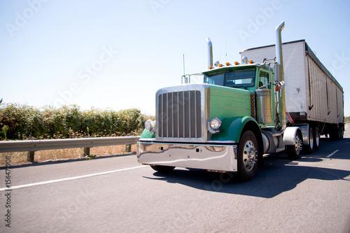 Fototapeta Big rig atrakcyjne zielone pół ciężarówki z luzem przyczepy