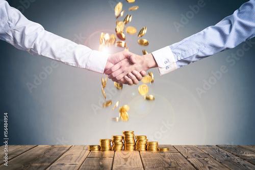 Fotografía  お金の山,ビジネスマンの握手