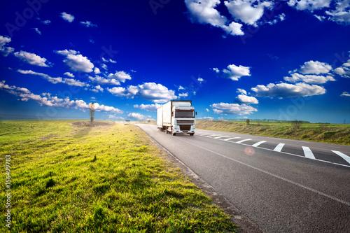 Plakat ciężarówka na autostradzie