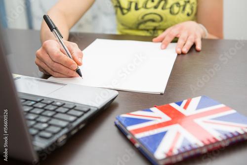 Fotografía  studentessa su internet per corso online e-learning università telematica