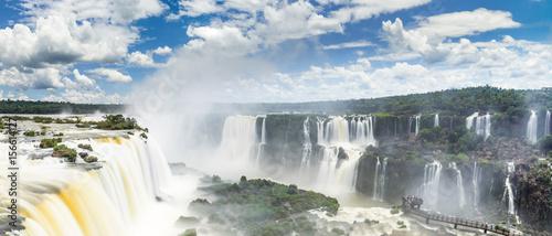 Fotobehang Grijze traf. Langzeitbelichtung der Iguazu Wasserfälle an der Grenze von Argentinien und Brasilien