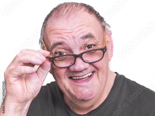 Homme Souriant portrait homme souriant abaissant les lunettes - buy this stock