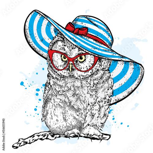 smieszna-sowa-w-pieknym-plazowym-kapeluszu-i-okularach-przeciwslonecznych