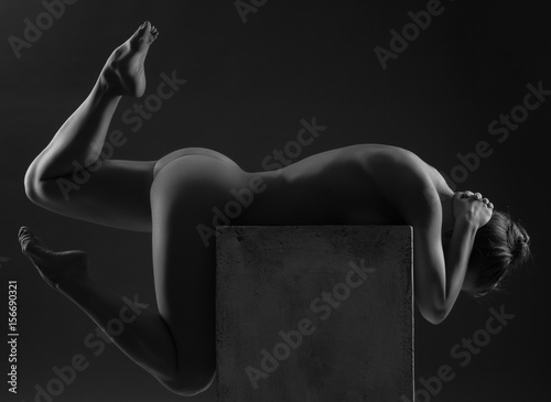 Zdjęcie XXL Piękna młoda seksowna kobieta nad ciemnym tłem