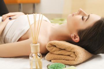 Obraz na płótnie Canvas Spa. Girl massage therapist doing head massage beautiful brunette girl