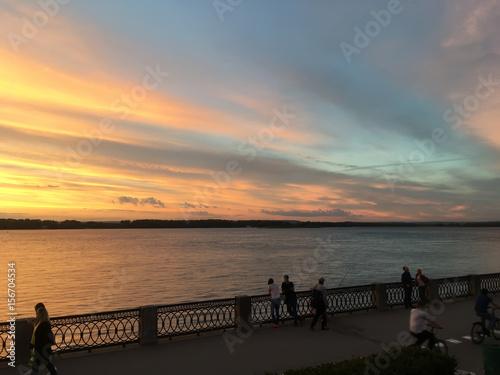 Foto auf AluDibond Pier Красивый огненный оранжевый багровый закат на реке Волга