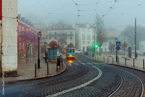 Plakat Lizbona. Stara ulica w nocy.