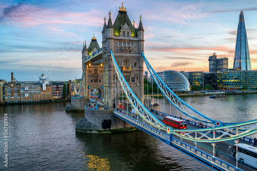 Foto auf AluDibond London roten bus Tower Bridge at evening dusk