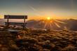 canvas print picture - Berglandschaft mit Sitzbank während dem Sonnenaufgang