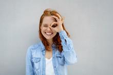 Lachende Frau Schaut Durch Ihre Finger