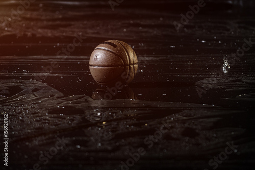 Plakat Koszykówka na mokrej podłodze sądu z bliska z niewyraźne tło. W deszczu.