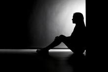 Silhouette Einer Sitzenden Jungen Frau