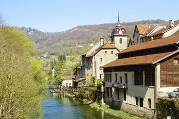 Fototapeta na wymiar Frühling in Saint-Hippolyte (Doubs): Kurz vor dem Zusammenfluss von Doubs und Dessoubre