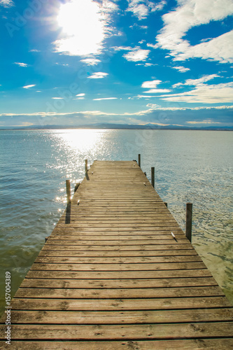 drewniane-molo-z-pieknym-widokiem-na-blekitne-morze