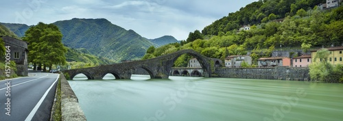 Fotografia panorama with bridge and green river in Italy