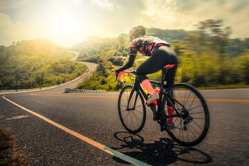 Žene ujutro bicikliraju na brdskom cestovnom biciklu