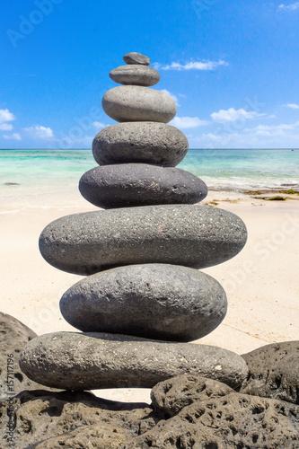 Photo sur Plexiglas Zen pierres a sable pierres en équilibre sur plage de l'île Maurice