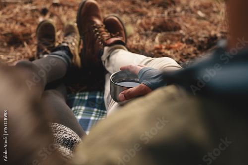 Fotografía  Hiker couple sitting together outdoors