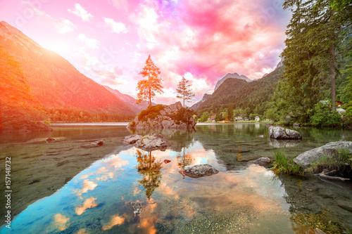 jezioro-hintersee-w-letni-sloneczny-dzien-krajobraz-widoczny-w-austriackich-alpach