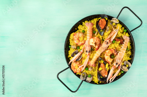 Spanish seafood paella in paellera white copyspace Fototapet