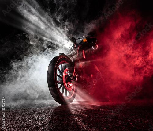 Fotografía High power motorcycle chopper at night.