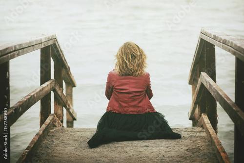 mujer pensativa mirado el mar Wallpaper Mural