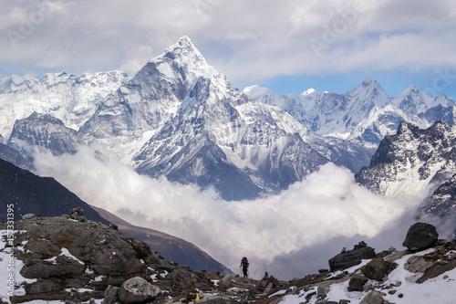 Photo  Ama Dablam mountain, sky, clouds, and hiker. Himalaya.