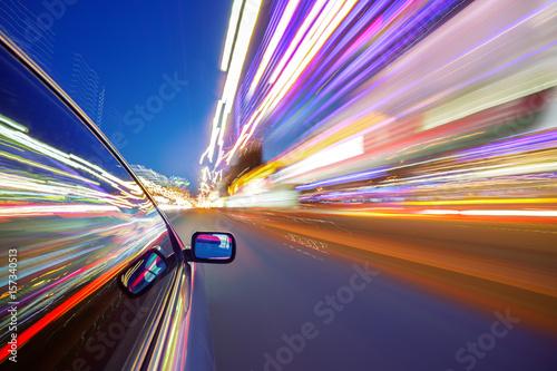 Fototapeta poruszający się oświetlony bok samochodu