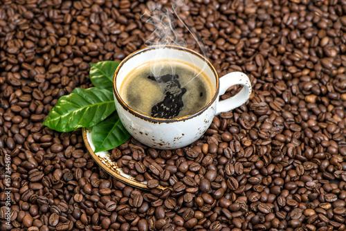 czarnej-kawy-zielen-opuszcza-caffee-fasoli-tlo
