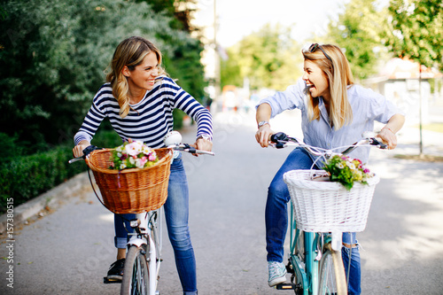 Fotografía  Two young women exploring the city on bicycles